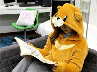 """『NEW GAME!!』より、青葉が着用していた""""クマさん寝袋""""をモチーフにした可愛いパーカーが登場!"""