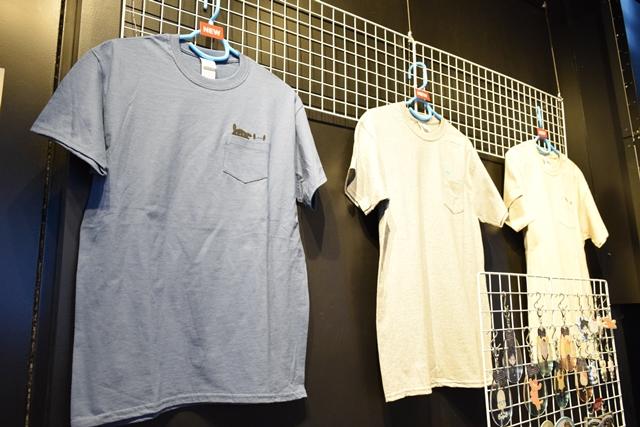 ▲おでかけTシャツの左ポケットには、『ユーリ!!! on ICE』とサンリオのキャラクターたちが隠れています。