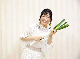 鈴木みのりさんデビューシングル発売記念フリーライブ&ハイタッチ会の公式レポートが到着! ネギでエアギターも披露!?
