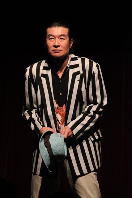 """▲人がギャングになるのは、それなりの理由がある。ベロムーチョ武田の人生に初めてスポットライトを当てた""""一人芝居""""を、哀愁を滲ませて演じ切ったVelo武田さん"""