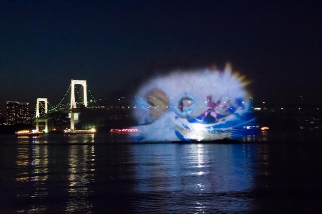"""『FGO』とコラボした「hokusai&TOKYO 水辺を彩る江戸祭」。その試みで""""北斎""""の著作が水幕に顕現!"""