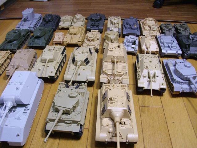 ▲才谷屋先生が模型資料にしている戦車軍団(これでもほんの一部で、ほかに学園艦の元となった艦船模型などもあるとか)。作画作業中にスタッフが落として壊れたりすることも多いため、塗装はしないのだそうです