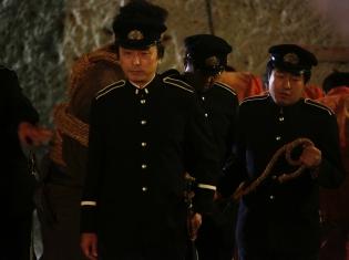 実写映画『曇天に笑う』に、声優の関智一さんが監獄の看守役でカメオ出演! 『PSYCHO-PASS サイコパス』つながりで塩谷直義監督も出演