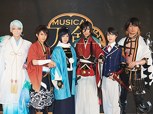 ミュージカル『刀剣乱舞』 ~結びの響ひびき、始まりの音~が開幕! 舞台写真とコメントをお届け!