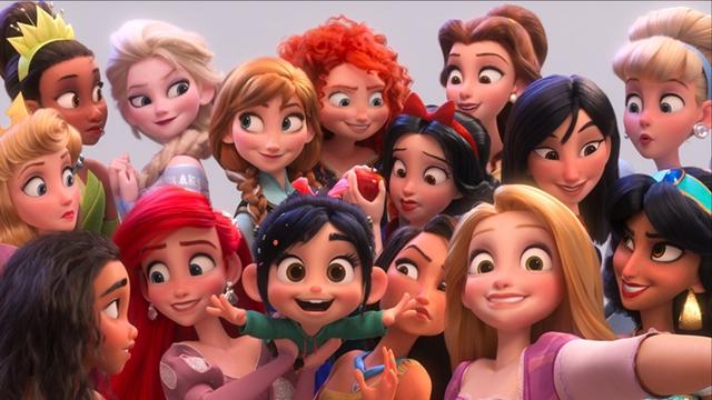 ▲後列左からオーロラ(『眠れる森の美女』)、ティアナ(『プリンセスと魔法のキス』)、エルサ(『アナと雪の女王』)、アナ(『アナと雪の女王』)、メリダ(『メリダとおそろしの森』)、白雪姫(『白雪姫』)、ベル(『美女と野獣』)、ムーラン(『ムーラン』)、シンデレラ(『シンデレラ』)。前列左からモアナ(『モアナと伝説の海』)、アリエル(『リトル・マーメイド』)、ヴァネロペ、ポカホンタス(『ポカホンタス』)ラプンツェル(『塔の上のラプンツェル』)、ジャスミン(『アラジン』)