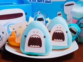 ゆるーいサメ「サメーズ」がドーナッツとして韓国の「DUNKIN' DONUTS」に登場! パッケージやドリンクまで作品ならではの仕様に