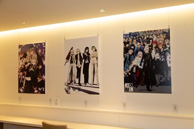 ▲B1ラウンジには、スペシャルコラボイラストと2作品のビジュアル&キャラパネルが展示