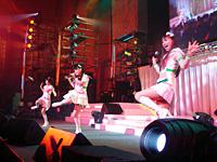 左右対称のフリに今井さん仁後さんも苦労したという「Do-Dai」。初披露の曲で客席のボルテージも上がる。