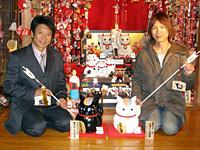 そろいぶみした白黒ニャンコ先生招き猫と共に微笑む井上和彦さん(写真左)と、神谷浩史さん(写真右)。黒ニャンコ先生はアニメ第2期1話でも活躍!