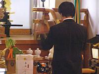 神前で祈りを捧げられるニャンコ先生。スタッフが神饌を捧げる場面も。
