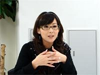 秋月律子役の若林直美さんは、キラキラかつゴージャスに登場。トークは的確な分析あり、下ネタや激しいツッコミもあり!?
