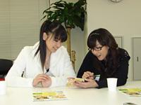 ライナーノートを見ても、「黎明スターライン」の歌詞の漢字・単語がよくわからないことを確かめ合う2人。