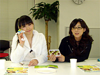 若林さんに名産説明を任せ、鳥取グッズとたわむれる下田さん。このあと若林さんからのツッコミが